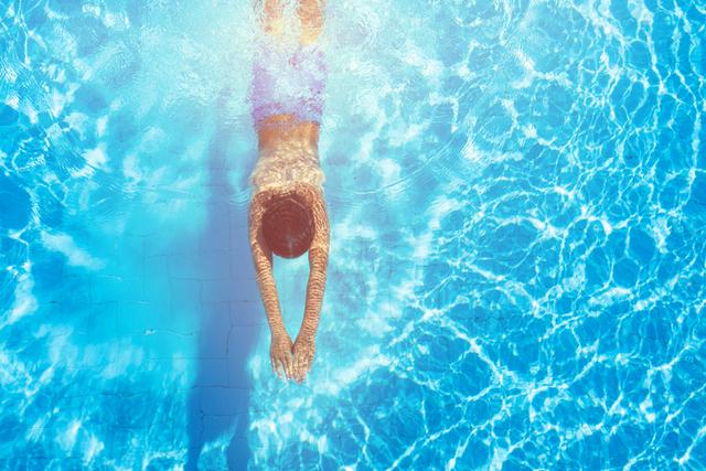 приснилось плыть в бассейне