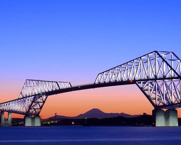Ходить по большому новому мосту в сновидении