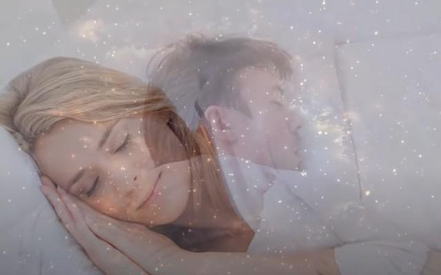 Почему нельзя спать на двух подушках одному человеку: примета